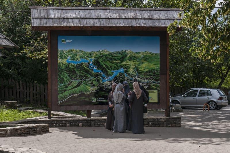Het Nationale Park van Plitvicemeren, ingang, teken, moslimvrouwen, islam, Kroatië, Europa stock fotografie
