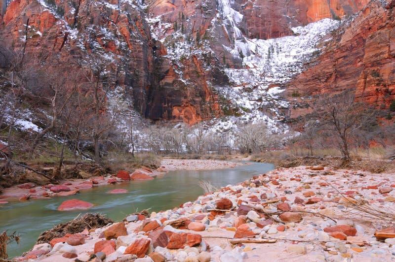 Het Nationale Park van Zion en de Maagdelijke Rivier in de winter stock foto