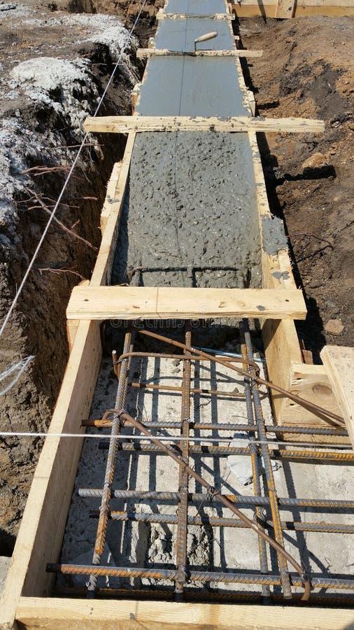 Het natte beton wordt gegoten bij de het staalversterking van het draadnetwerk royalty-vrije stock afbeeldingen