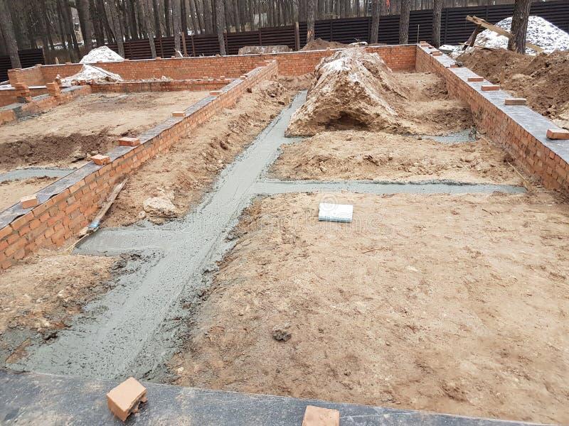 Het natte beton wordt gegoten bij de het staalversterking van het draadnetwerk stock fotografie