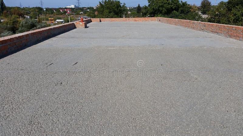 Het natte beton wordt gegoten bij de het staalversterking van het draadnetwerk royalty-vrije stock afbeelding