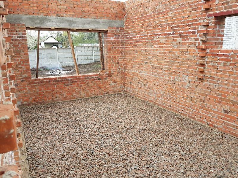 Het natte beton wordt gegoten bij de het staalversterking van het draadnetwerk stock foto's