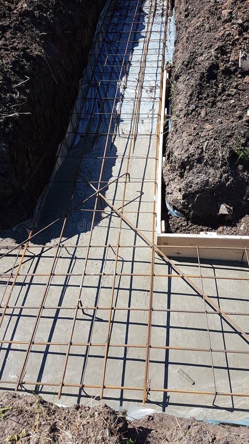 Het natte beton wordt gegoten bij de het staalversterking van het draadnetwerk stock afbeelding