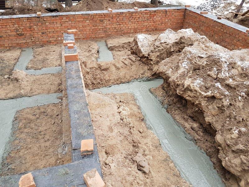 Het natte beton wordt gegoten bij de het staalversterking van het draadnetwerk royalty-vrije stock fotografie