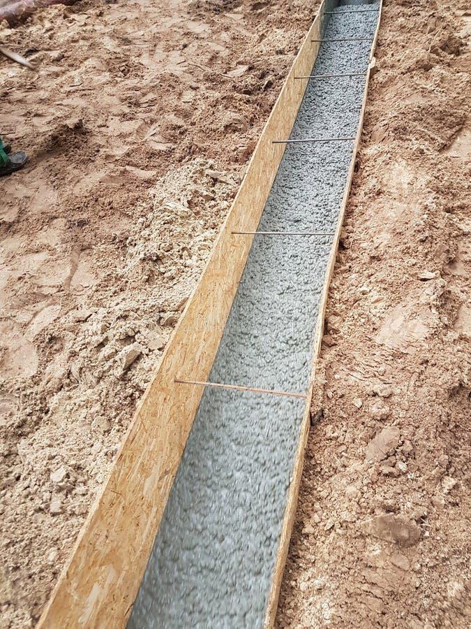 Het natte beton wordt gegoten bij de het staalversterking van het draadnetwerk royalty-vrije stock foto's