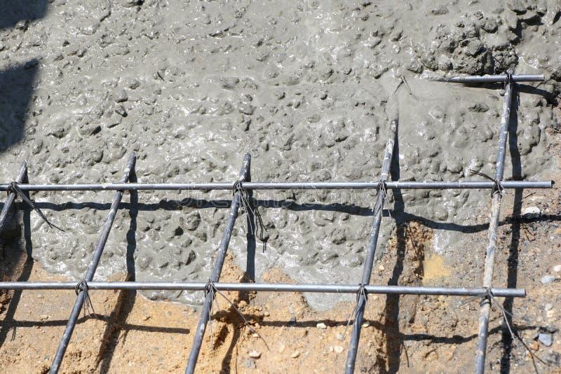 Het natte beton wordt gegoten in draadnetwerk stock fotografie