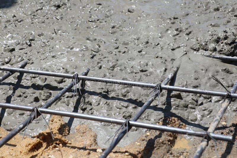 Het natte beton wordt gegoten in draadnetwerk stock afbeelding