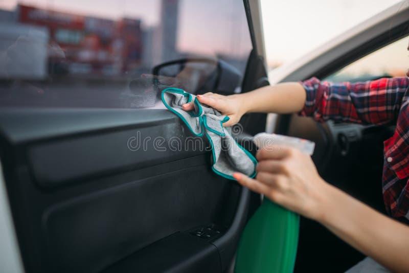 Het natte schoonmaken van het binnenland van auto op carwash stock afbeeldingen
