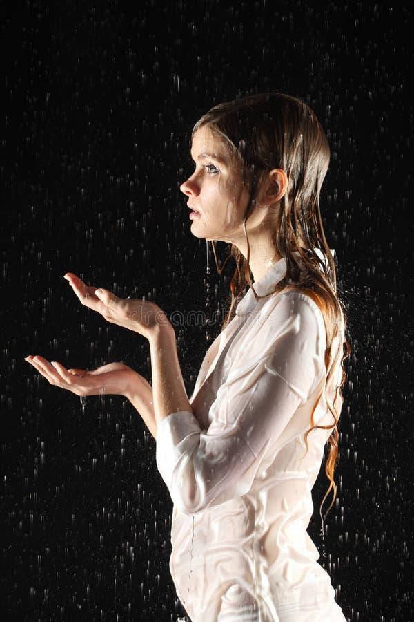 Het Natte Sexy Meisje Stelt, Vangt Water Stock Afbeelding