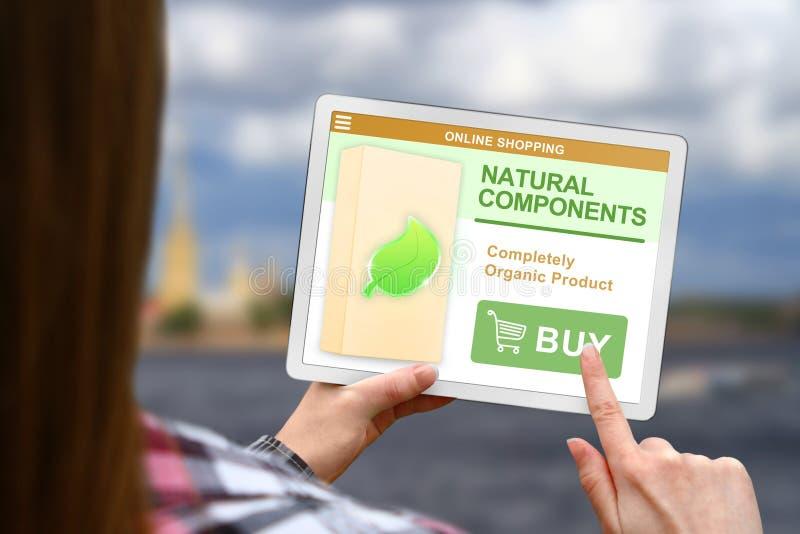 Het natuurlijke componentenconcept, meisje houdt de digitale tablet op vage wolkenachtergrond stock foto