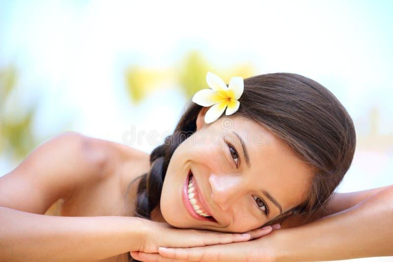 Het natuurlijke de schoonheid van de vrouw ontspannen bij openluchtkuuroord royalty-vrije stock foto