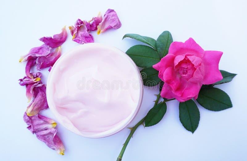 Het natuurlijke eigengemaakte kosmetische en organische concept van de huidzorg Eigengemaakte die room van roze bloemblaadjes voo royalty-vrije stock foto
