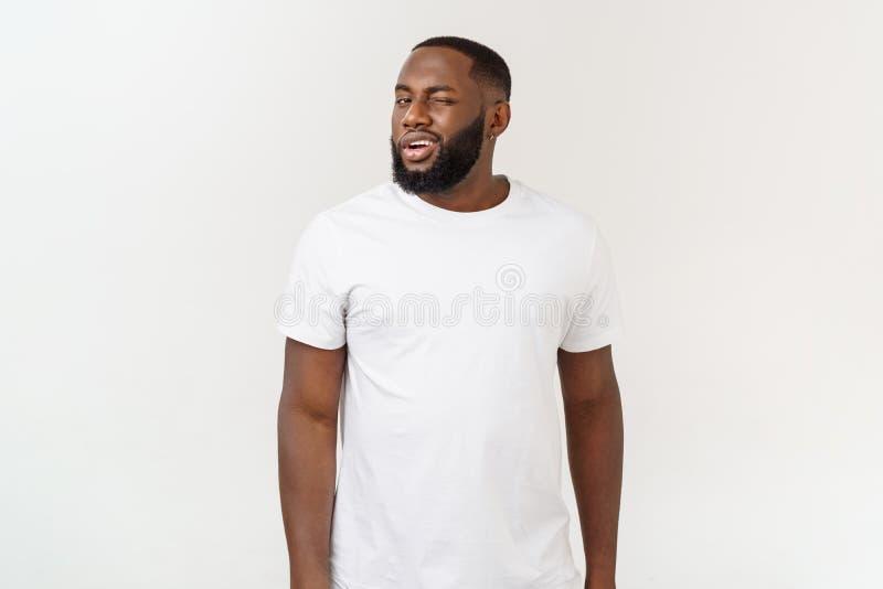Het natuurlijke Kijken het Glimlachen Jong Afrikaans Amerikaans Mannelijk Model op Ge?soleerde Achtergrond royalty-vrije stock afbeeldingen