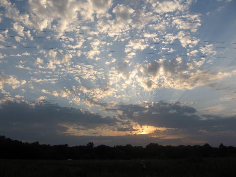 Het natuurlijke landschap en de avondhemel De zomer Oekraïens landelijk landschap royalty-vrije stock afbeelding