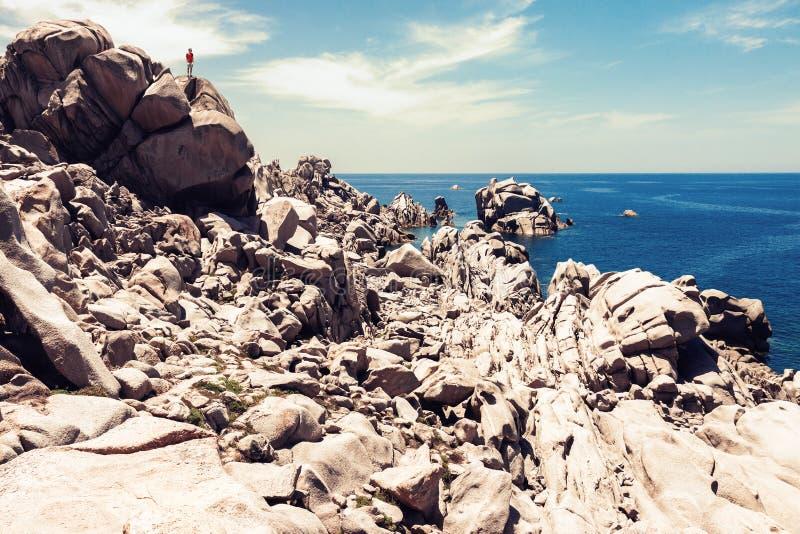 Het natuurlijke landschap van de rotskust met klein menselijk cijfer royalty-vrije stock fotografie