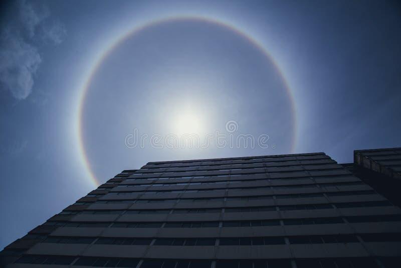 Het Natuurlijke optische fenomeen van de zonhalo stock fotografie