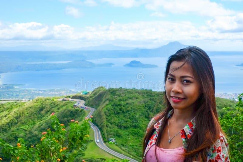 Het natuurlijke portret Mooie Aziatische meisje glimlachen Aziatische vrouw bovenop de bergpiek De zomer wandeling royalty-vrije stock afbeelding