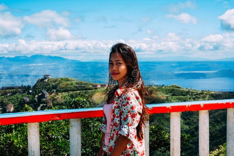 Het natuurlijke portret Mooie Aziatische meisje glimlachen Aziatische vrouw bovenop de bergpiek De zomer wandeling royalty-vrije stock fotografie