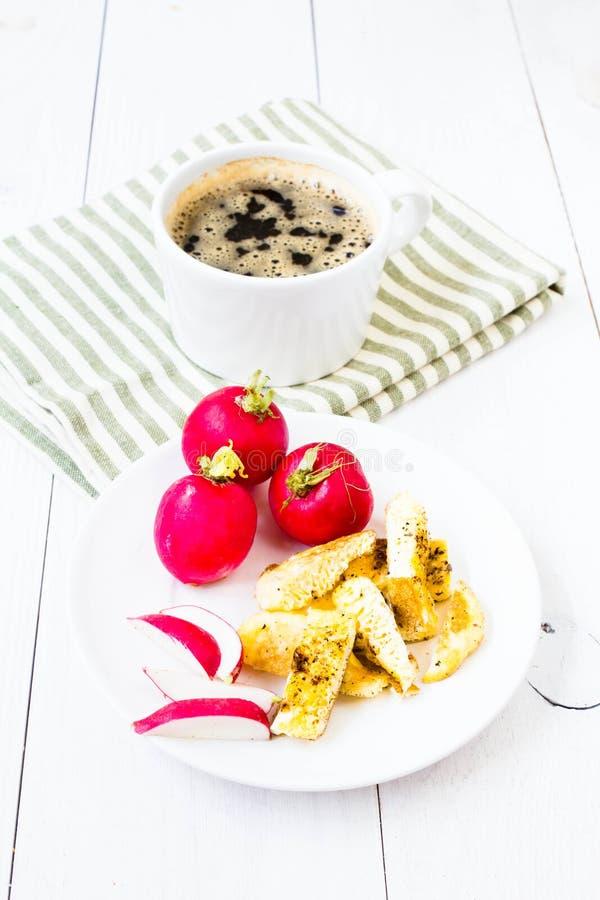Het natuurlijke verse ontbijt met gebraden cutted ei, zwarte koffie en royalty-vrije stock afbeeldingen