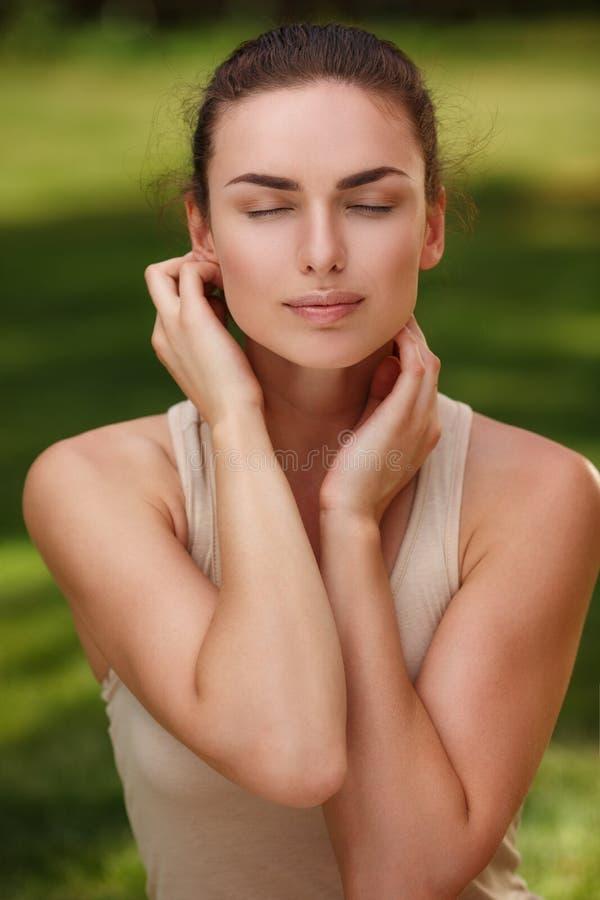 Het natuurlijke vreedzame portret van een mooi meisje met zuivere huid ontspant in openlucht royalty-vrije stock afbeeldingen