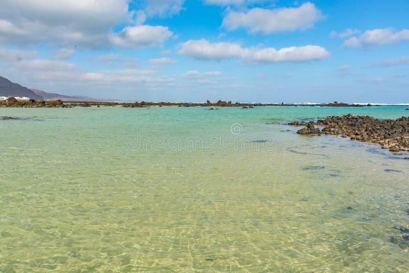 Het natuurlijke witte zandstrand Caleton Blanco op het noorden van Lanzarote is stock fotografie