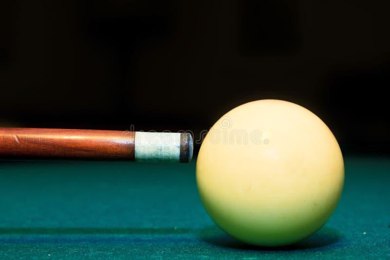 In het nauw drijf club en witte bal in een biljartlijst royalty-vrije stock foto