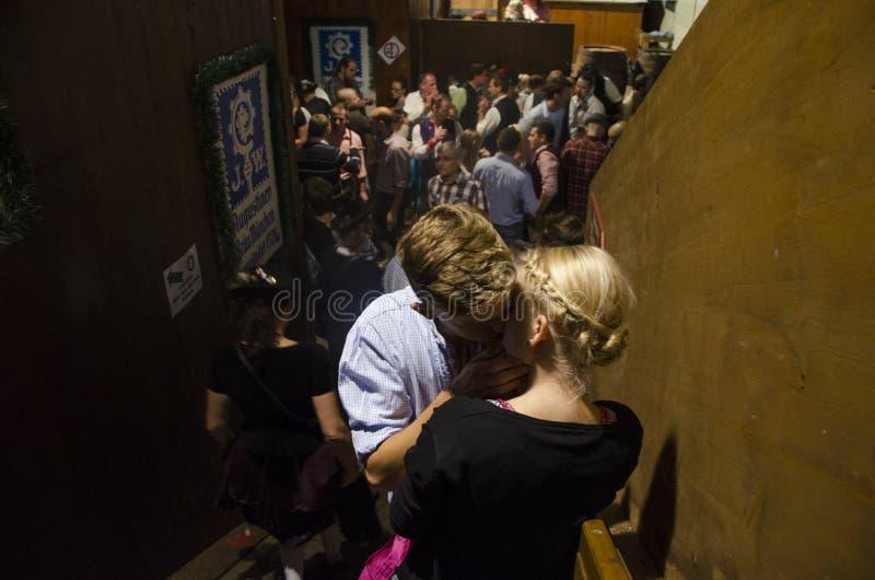 Het Nederlandse paar kussen in Oktoberfest 2012 royalty-vrije stock foto's
