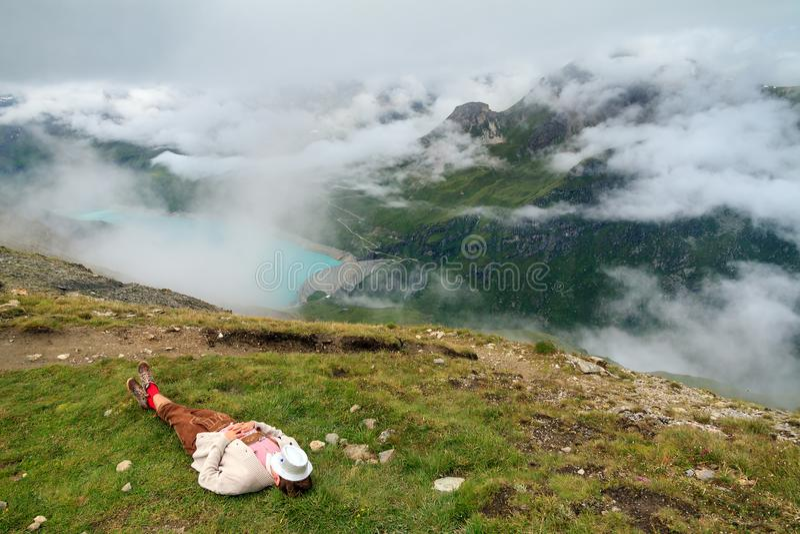 Het nemen van een de zomerdutje in de bergen stock foto