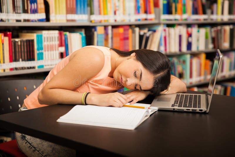Het nemen van een dutje in de bibliotheek stock afbeeldingen