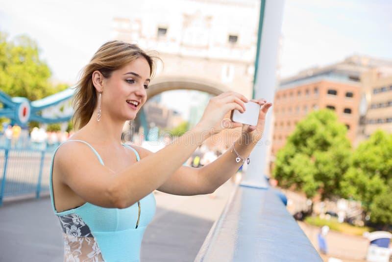 Het nemen van een foto bij torenbrug royalty-vrije stock fotografie