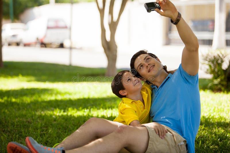 Het nemen van een foto van me en mijn zoon stock fotografie