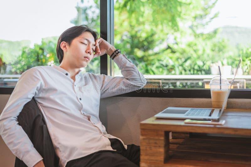 Het nemen van een onderbreking Rijpe mens in slimme vrijetijdskledingsslaap op zijn werkende plaats stock foto