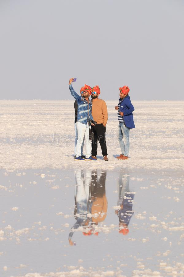 Het nemen van een selfie op het zout royalty-vrije stock afbeeldingen