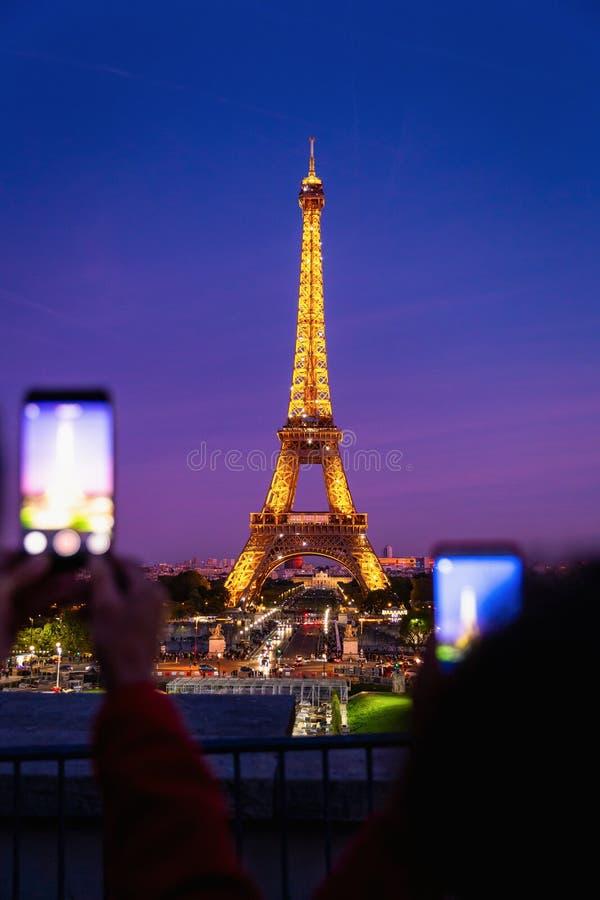 Het nemen van foto van de Toren van Eiffel bij schemering royalty-vrije stock afbeeldingen