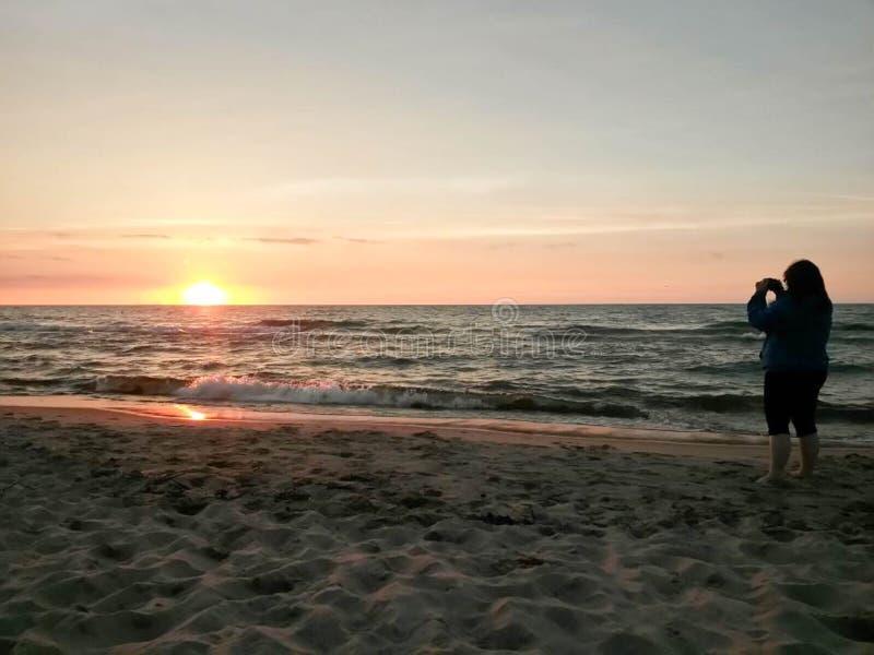Download Het Nemen Van Foto's Van De Zonsondergang Stock Foto - Afbeelding bestaande uit zonsondergang, strand: 107701972