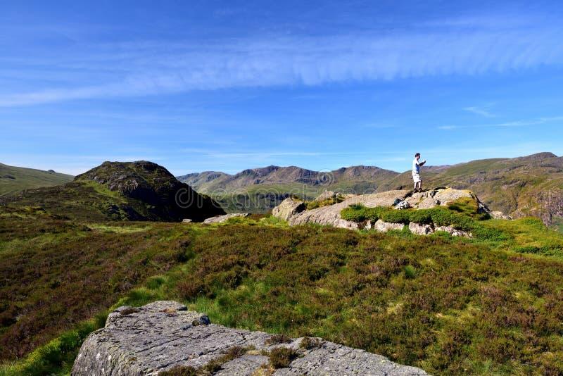 Het nemen van foto's op Eagle Crag stock foto