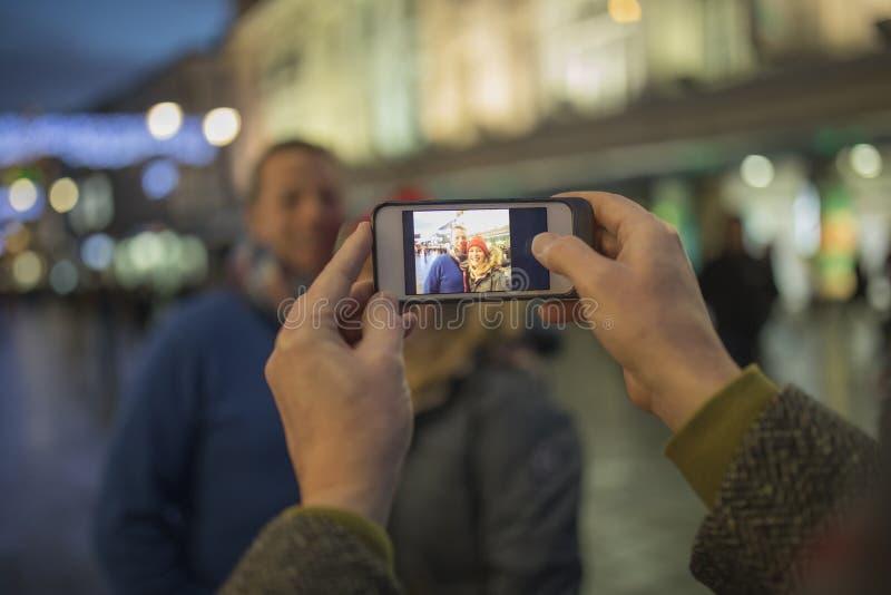 Het nemen van Foto's in Stad royalty-vrije stock fotografie