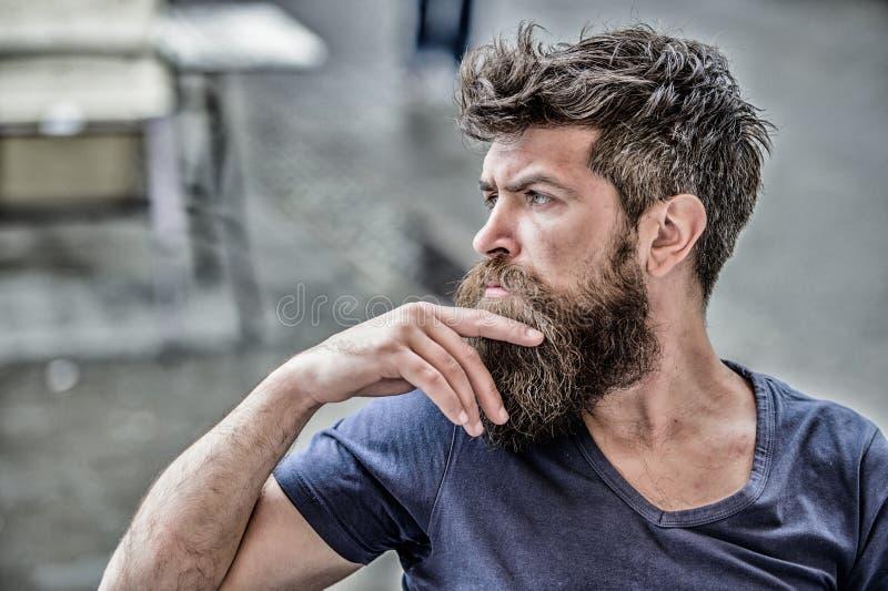 Het nemen van hard besluit Gebaard mens geconcentreerd gezicht Hipster met baard nadenkende uitdrukking Nadenkend stemmingsconcep stock foto's