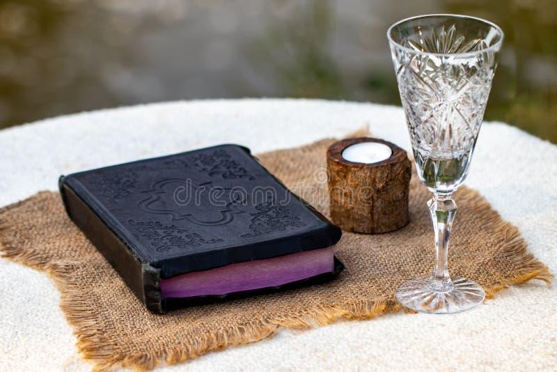 Het nemen van Heilige Communie Kop van glas met rode wijn, brood en Heilige Slab royalty-vrije stock foto