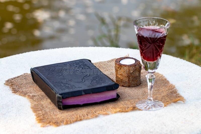 Het nemen van Heilige Communie Kop van glas met rode wijn, brood en Heilige Slab royalty-vrije stock afbeeldingen