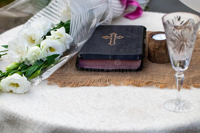 Het nemen van Heilige Communie Kop van glas met rode wijn, brood en Heilige Slab stock foto