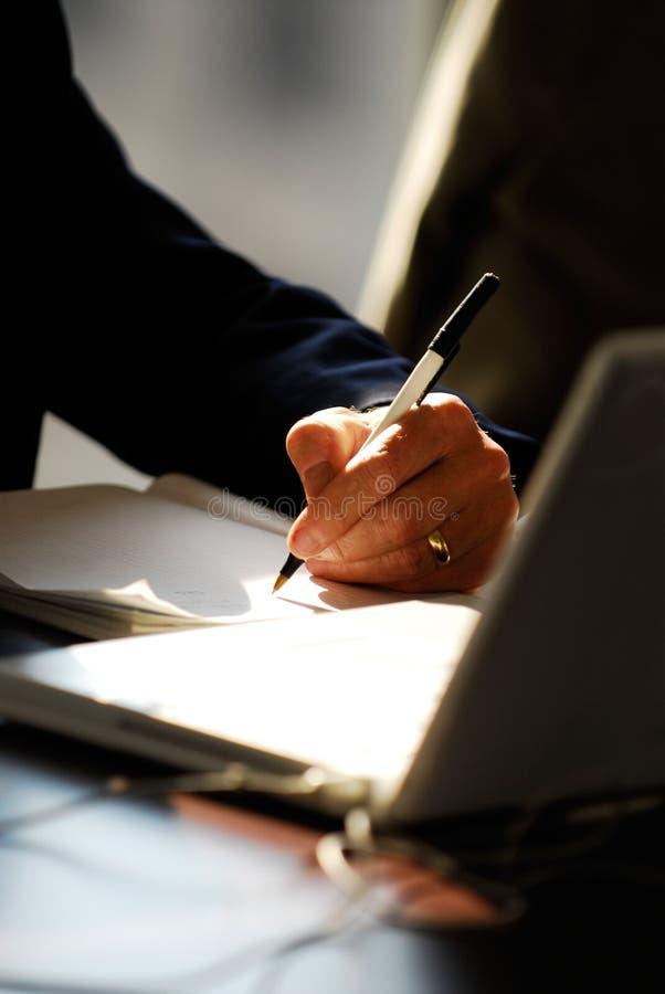 Het nemen van nota's op raadsvergadering royalty-vrije stock fotografie