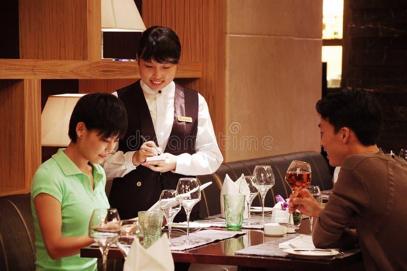 Het nemen van orde in een restaurant stock fotografie