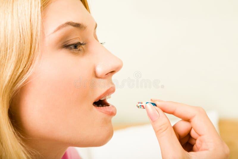 Het nemen van pillen stock fotografie