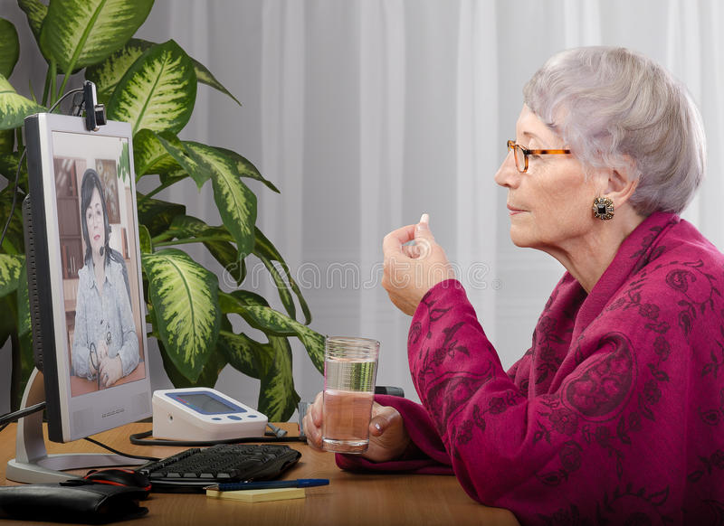 Het nemen van tablet tijdens virtueel artsenbezoek stock foto's