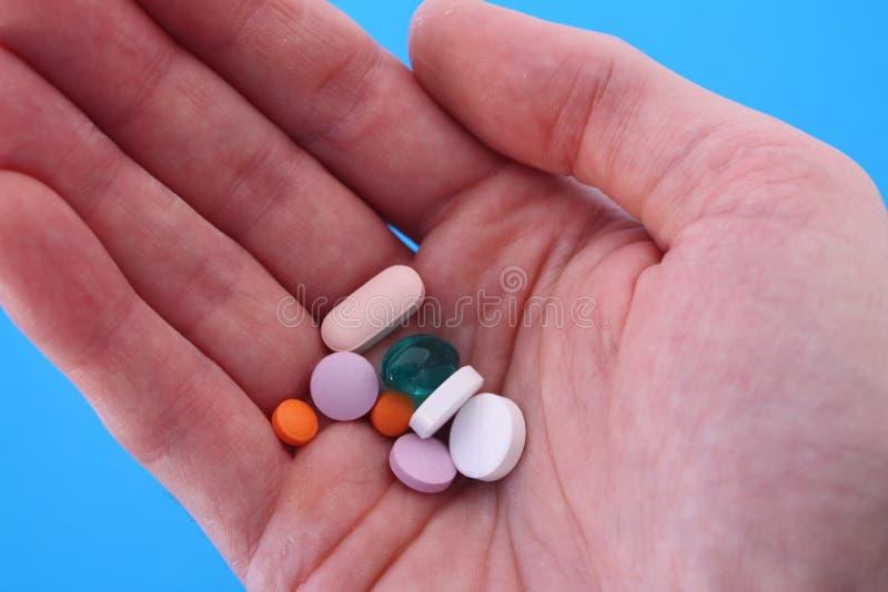 Het nemen van veel medicijn stock afbeeldingen