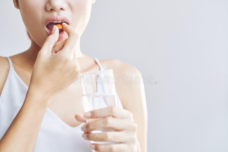 Het nemen van Vitaminen stock afbeelding