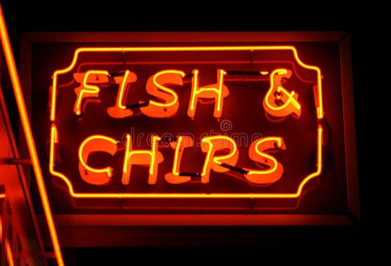 Het neonteken van de vis met patat stock afbeelding