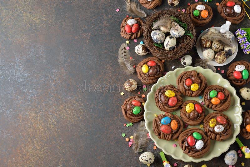 Het nest van Pasen van de koekjeschocolade stock afbeeldingen