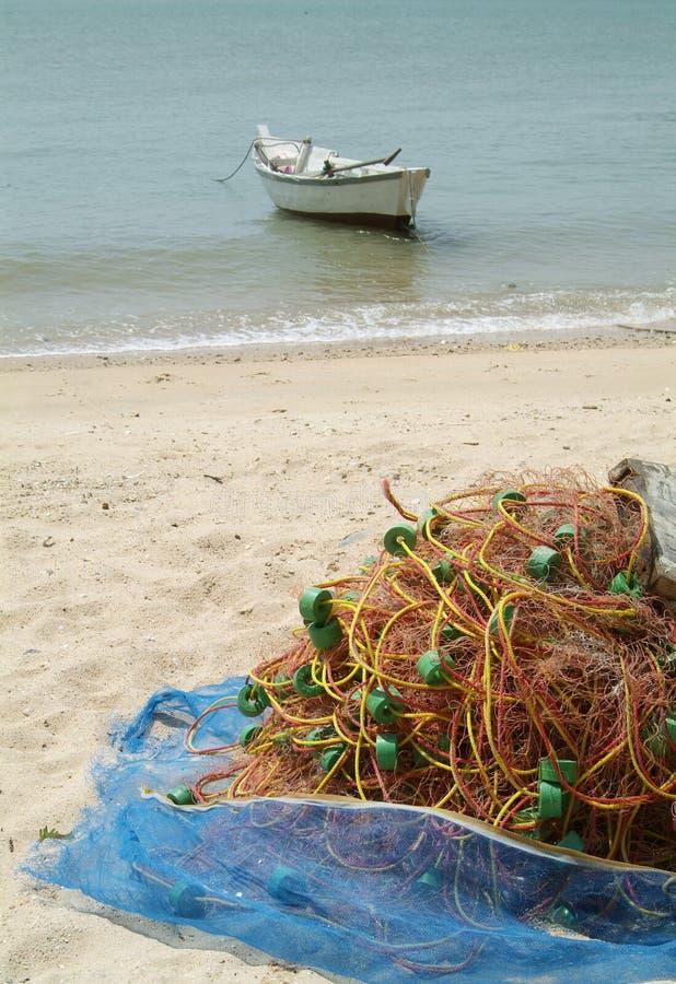 Het net van de visserij op het strand stock foto